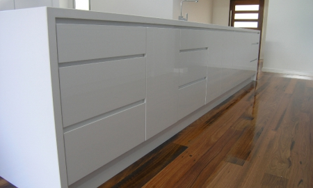 White-Kitchen-island-bench